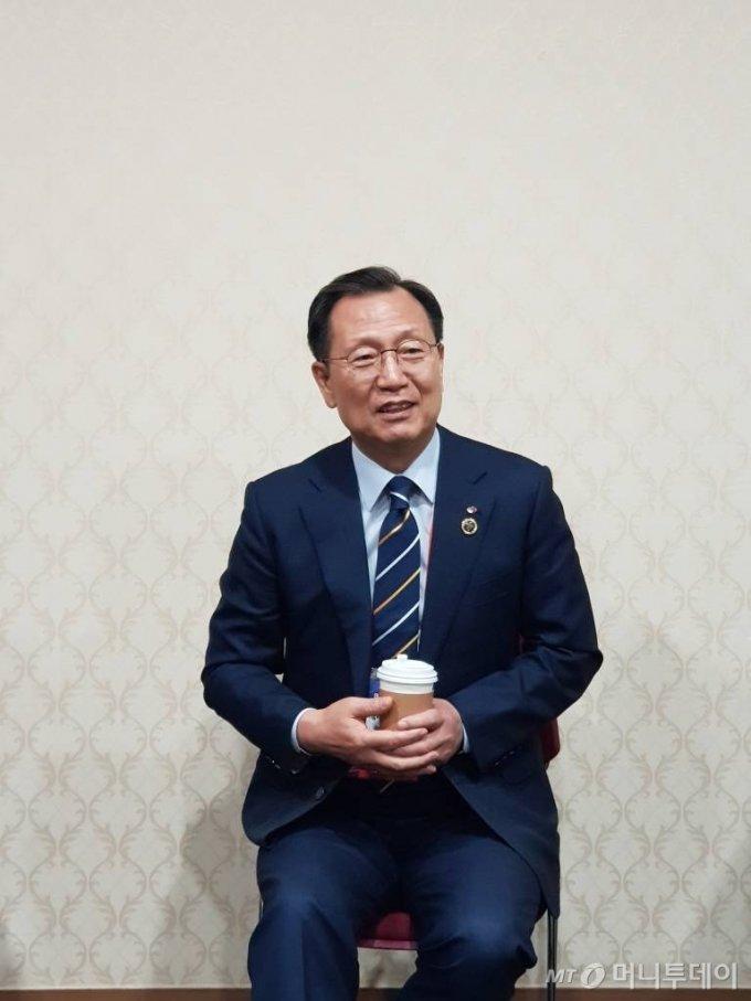 김종갑 한국전력 사장이 6일 '2019 빛가람 국제 전력기술 엑스포(BIXPO, 빅스포)'가 열린 광주 김대중컨벤션센터에서 기자들과 만나고 있다.