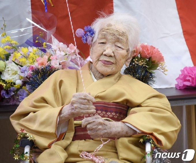 성화 봉송 주자로 나서는 다나카 가네 할머니 © 로이터=뉴스1