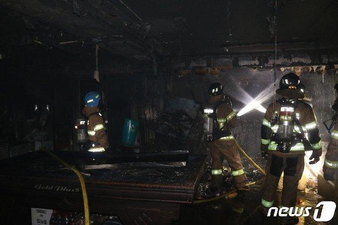 25일 0시59분께 인천시 연수구 청학동 전체 4층짜리 건물 2층 당구장에서 불이 났다는 신고가 접수돼 현장에 출동한 소방대원이 진화작업을 하고 있다.(공단소방서 제공)2021.3.25/뉴스1 © News1 박아론 기자