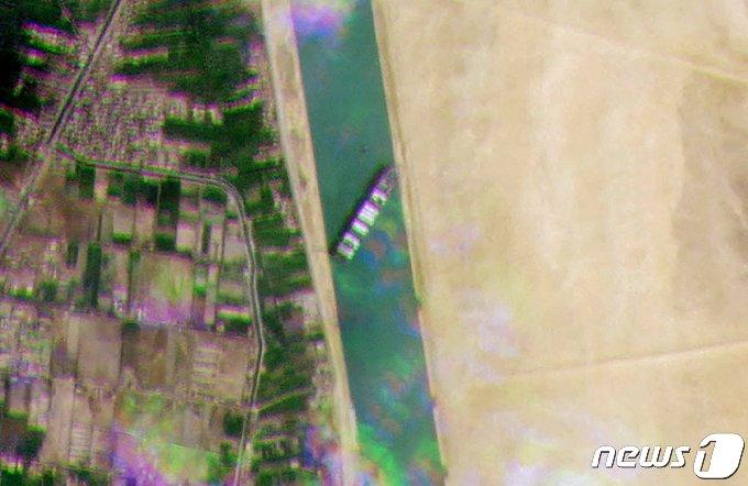 이집트 수에즈 운하를 가로 막은 대형컨테이너선 위성사진 © AFP=뉴스1