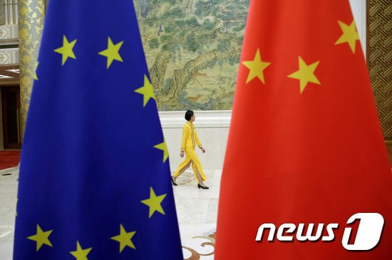 유럽연합(EU)기와 중국의 오성홍기. © 로이터=뉴스1 자료 사진