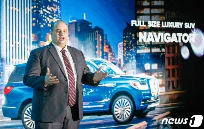 (서울=뉴스1) 안은나 기자 = 데이비드 제프리 링컨코리아 대표가 25일 서울 광진구 워커힐 애스톤하우스에서 열린 '풀사이즈 럭셔리 SUV 뉴 링컨 네비게이터(New Lincoln Navigator) 출시 미디어 쇼케이스'에서 인사말을 하고 있다. 뉴 링컨 네비게이터의 실내 공간에는 프리미엄 가죽 시트와 퍼펙트 포지션 시트, 싱크3 인포테인먼트 시스템이 포함된 터치스크린, 2열 좌석의 10인치 디스플레이가 갖춰져 있다. 트윈 터보 차저 3.5리터 V6 엔진은 457마력과 최대토크 71kg.m의 힘을 발휘한다. 또한 코-파일럿 360 주행 보조시스템은 어댑티브 크루즈 컨트롤 기능, 차선 유지 시스템, 액티브 브레이킹이 포함된 충돌 방지 보조 시스템, 사각지대 정보 시스템 등을 포함해 안전한 운전을 돕는다. 리저브 단일 트림에 7인승(2열 캡틴 시트) 또는 8인승(2열 벤치 시트) 두 가지 옵션으로 출시되며 가격은 1억1,840만원이다. 2021.3.25/뉴스1