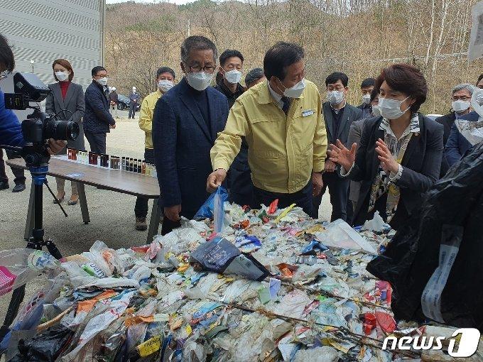 26일 오후 한정애 환경부장관이 충북 옥천의 (주)에코크린 현장을 둘러보고 있다. © 뉴스1