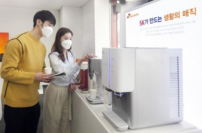 사진은 SKT 고객이 SKT 매장에서 SK매직 렌탈 제품의 구독 관련 상담을 하는 모습.