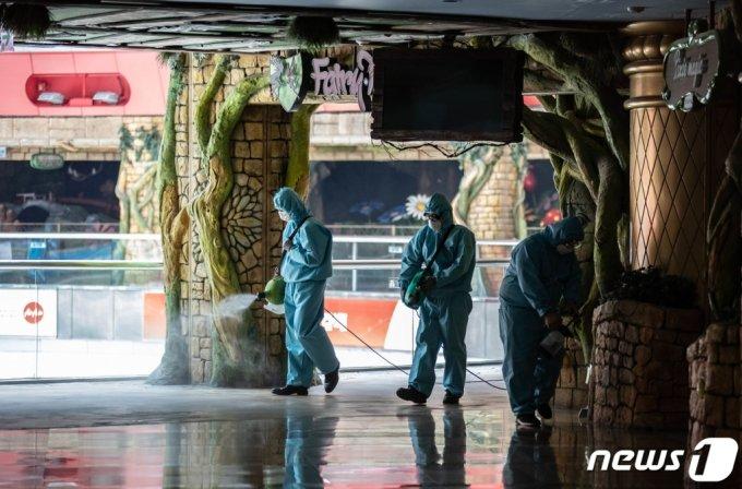 지난해 6월 코로나19에 확진된 한 고등학생이 방문했던 롯데월드가 사업장을 닫고 방역조치를 진행하는 모습. /사진=뉴스1