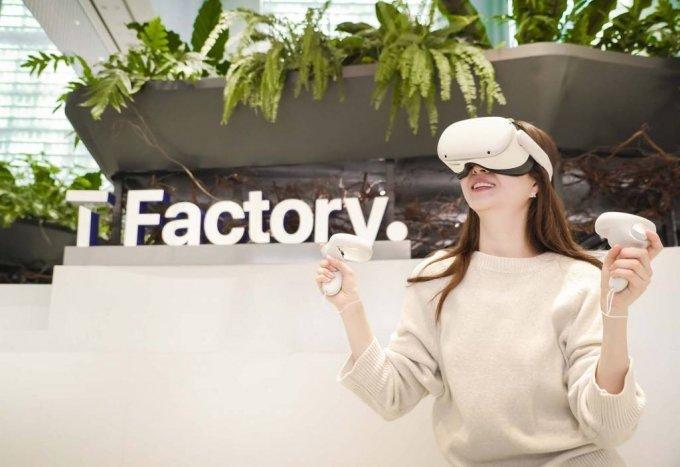 [서울=뉴시스]SK텔레콤은 페이스북의 최신형 혼합현실 기기인 '오큘러스 퀘스트2'에 대한 국내 유통권을 확보하고 오는 2일부터 SK텔레콤 5GX 홈페이지 및 전국 SK텔레콤 매장 등에서 공식 판매한다고 1일 밝혔다. (사진=SK텔레콤 제공) 2021.02.01. photo@newsis.com