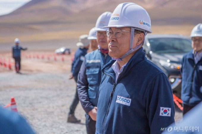 포스코 최정우 회장이 아르헨티나 리튬 추출 데모플랜트 건설현장을 방문해 안전을 당부하며 직원들을 격려하고 있다./사진제공=포스코