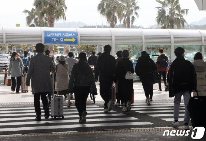 설 연휴가 시작되기 하루 전인 지난 월10일 제주국제공항에 입도객이 몰리고 있다. /사진=뉴스1