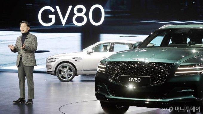 이용우 제네시스 부사장이 15일 오전 경기 고양시 킨텍스에서 열린 제네시스 럭셔리 플래그쉽 SUV  'GV80' 출시 행사에서 신차를 소개하고 있다.  'GV80'은 3.0 디젤 모델 가격은 6580만원부터 시작하며 가솔린 2.5/3.5 터보 모델을 더해 총 3가지 엔진 라인업을 운영할 계획이다. /사진=김창현 기자 chmt@
