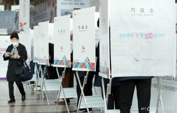 4·7 재·보궐선거 사전투표 첫날인 2일 서울역에 마련된 남영동 사전투표소에서 시민들이 투표를 하고 있다. /사진=홍봉진 기자 honggga@