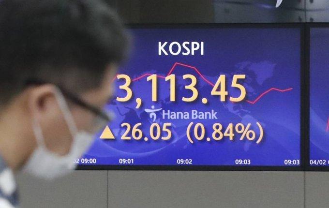 2일 오전 서울 중구 KEB 하나은행 딜링룸에서 딜러들이 업무를 보고 있다./사진=뉴시스