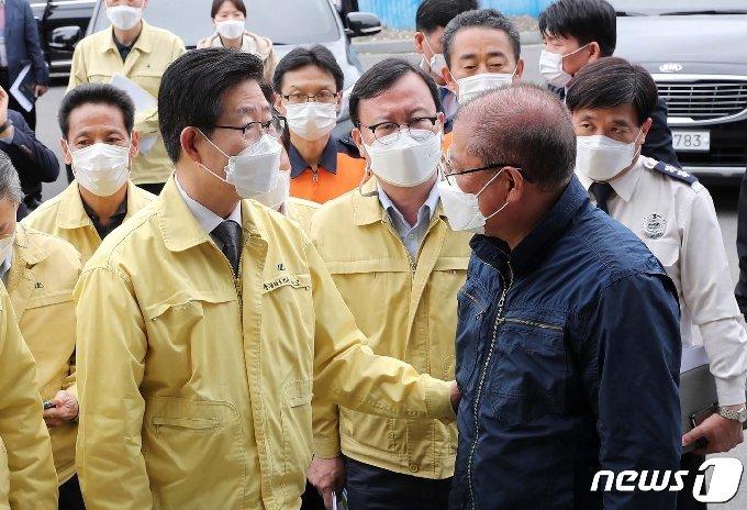 양승조 충남지사가 피해 어민을 위로하고 있다.(충남도 제공)© 뉴스1