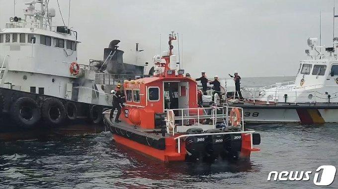2일 오후 2시 4분쯤 강원 삼척 임원항 동쪽 약 37㎞ 해상에서 운항 중이던 63톤급 예인선 A호에서 불이 났다.(동해해양경찰서 제공) 2021.4.2/뉴스1