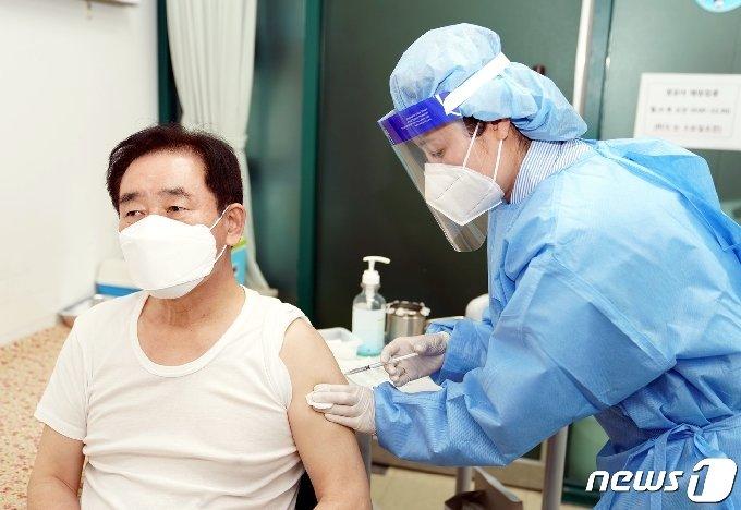 송기섭 진천군수가 2일 진천군보건소에서 아스트라제네카(AZ) 백신을 접종받고 있다.(진천군 제공)© 뉴스1