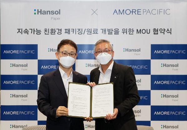 한철규 한솔제지 대표이사(왼쪽) 안세홍 아모레퍼시픽 대표이사(오른쪽)/사진=아모레퍼시픽
