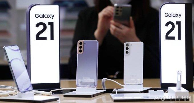 삼성전자 플래그십 스마트폰 '갤럭시S21' 시리즈. /사진=김휘선 기자 hwijpg@
