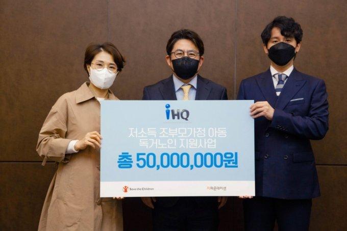 IHQ 박종진 총괄사장(가운데)이 5000만원 기부전달식 후 기념촬영을 하고 있다