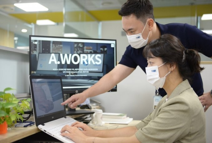 포스코ICT 직원들이 자사 RPA 솔루션 에이웍스를 활용해 업무를 처리하고 있다. /사진=포스코 ICT