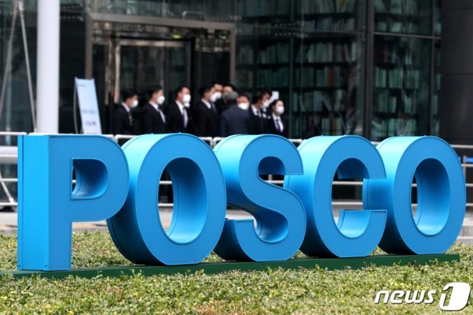 12일 오전 서울 강남구 포스코센터에서 열린 '제53기 포스코 정기주주총회'에서 주주들이 발걸음을 옮기고 있다. 2021.3.12./사진=뉴스1
