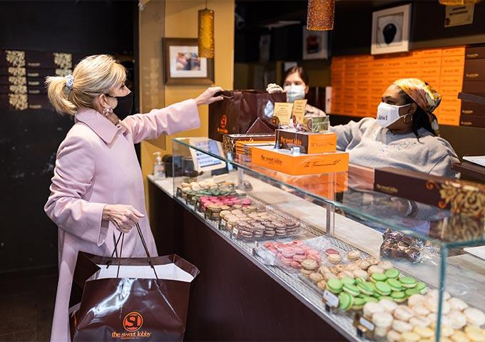 밸런타인데이 선물을 구입하고 있는 질 바이든 여사의 모습./사진=질 바이든 트위터