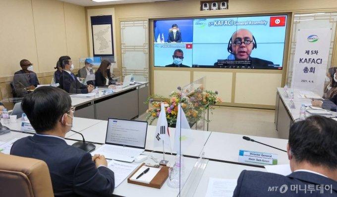 아프리카 23개 회원국이 참여하는 '제5차 한-아프리카 농식품 기술협력 협의체'가 지난 6일 온라인으로 진행됐다. 전북 전주시 농촌진흥청 영상회의실에서 허태웅 농촌진흥청장이 인사말을 하고 있다.