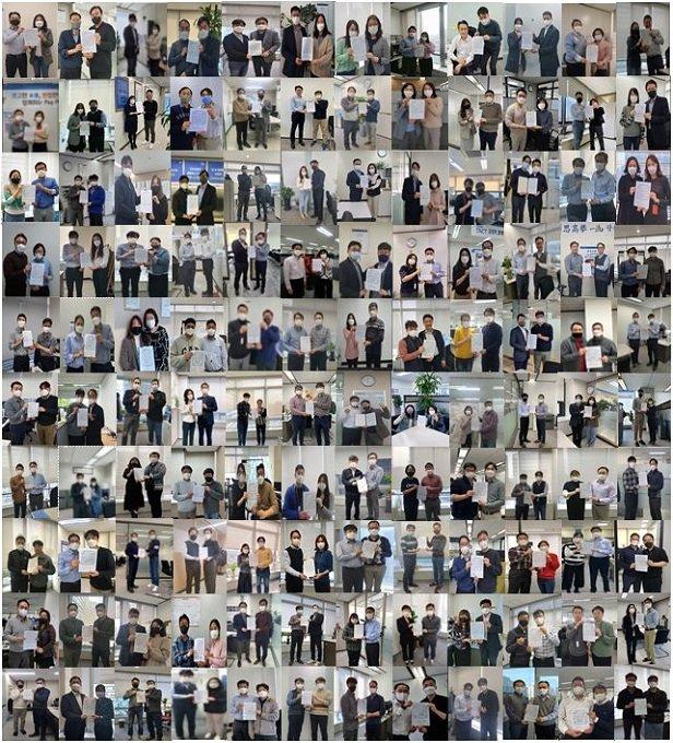 신한카드의 금융소비자 지킴이 120명이 유관 부서장과 함께 금융소비자보호법 준수를 위한 다짐과 함께 서약서를 들고 기념촬영을 하고 있다./사진제공=신한카드