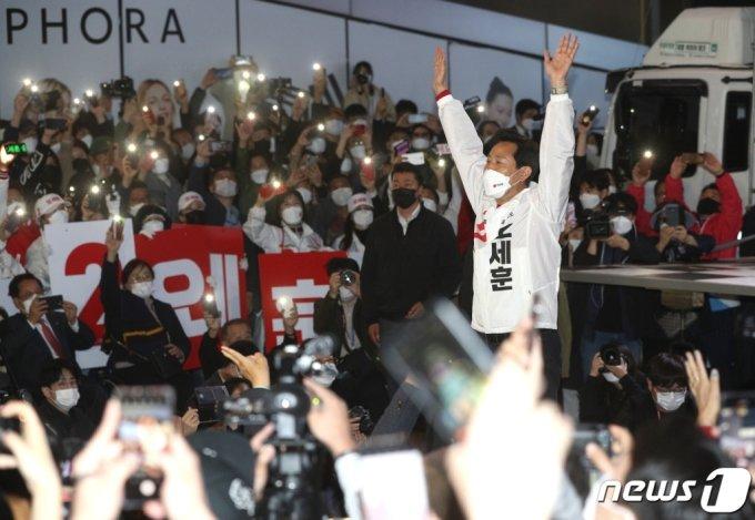 오세훈 국민의힘 서울시장 후보가 6일 오후 서울 서대문구 현대백화점 유플렉스 앞에서 열린 집중유세에서 지지를 호소하고 있다. /사진=뉴스1