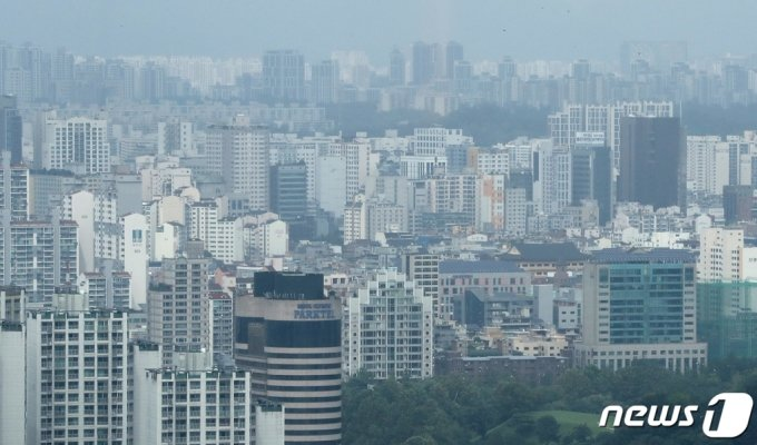 (서울=뉴스1) 이성철 기자 = 정부가 '8.4 주택공급대책'을 통해 서울 재건축·재개발 관련 규제를 조건부로 완화하기로 결정하면서 강남권 정비사업 추진에 대한 기대감이 높아지고 있는 가운데 4일 서울 송파구 일대 아파트들이 높게 솟아 있다. 서울시는 그동안 도시계획을 통해 아파트 층수를 35층까지 제한을 뒀지만 용적률 인센티브 제도의 원활한 적용을 위해 층수 제한 규제를 풀기로 결정했다. 이에 따라 송파구 잠실 등지에는 50층 이상 높이 올라가는 재건축 아파트가 등장할 전망이다. 2020.8.4/뉴스1