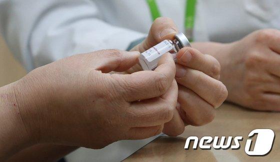 정은경 질병관리청장이 1일 오전 충북 청주시 흥덕보건소에서 신종 코로나바이러스 감염증(코로나19) 예방을 위한 아스트라제네카(AZ) 백신 접종에 앞서 백신을 살펴보고 있다. 2021.4.1/뉴스1 (C) News1 김용빈 기자