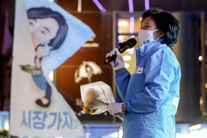 더불어민주당 박영선 서울시장 후보가 6일 서울 마포구 상상마당 인근에서 열린 집중유세에서 지지를 호소하고 있다. / 사진제공=뉴시스