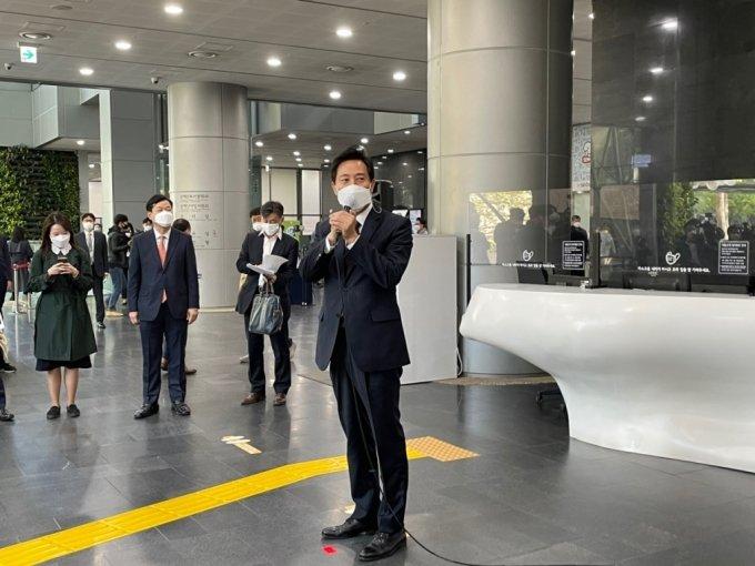 오세훈 서울시장이 당선 직후인 8일 서울시청에 출근해 직원들과 시민들에 인사말을 건네고 있다. /사진=박진영 기자