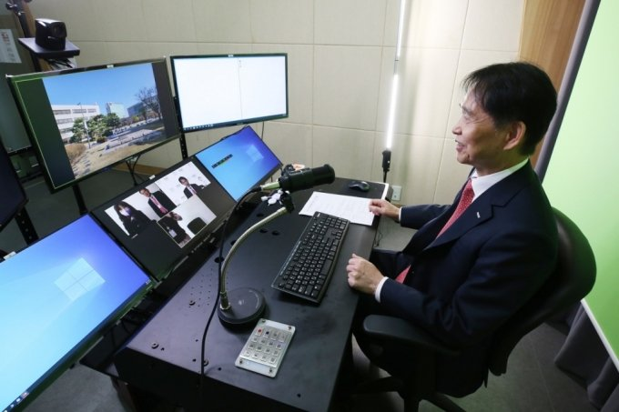 이광형 카이스트 총장이 8일 오전 온라인 방식으로 진행된 기자간담회에서 현안과 관련한 질의에 답변하고 있다. /사진=카이스트