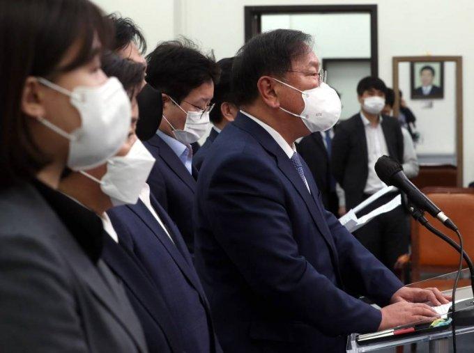 김태년 더불어민주당 대표 직무대행이 8일 오후 서울 여의도 국회에서 4.7 재보궐 선거 패배의 책임을 지고 지도부 사퇴를 발표하고 있다. / 사진제공=뉴시스