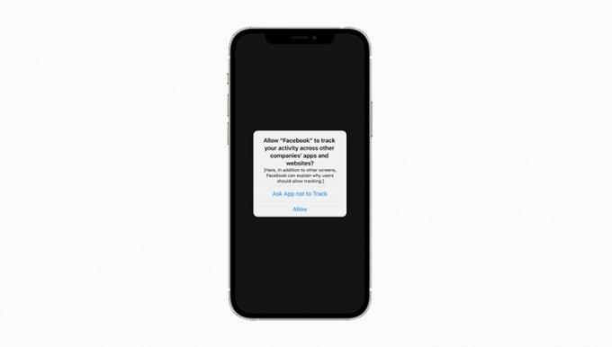 앱 추적 투명성 기능이 적용된 모습. 사용자 정보를 수집 및 추적하기에 앞서 동의를 받아야 한다. /사진=애플