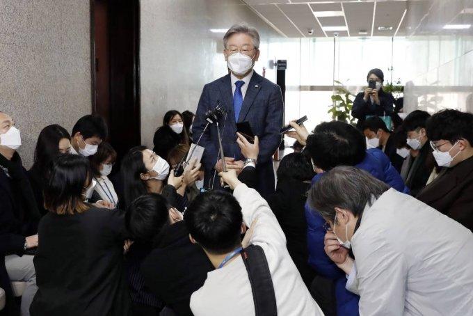 이재명 경기지사가 3월 9일 서울 여의도 국회에서 열린 더불어민주당 당무위원회에 참석한 후 기자들 질문에 답변하고 있다. / 사진제공=뉴시스