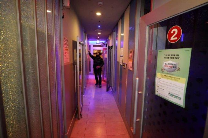 26일 서울 서대문구의 한 노래방에서 점주가 소독작업을 하고 있다/사진=뉴시스