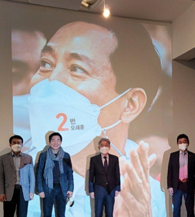 왼쪽부터 상명대 우제완 부총장, 배우 박상원 씨, 상명대 백웅기 총장, 사진전 총 기획자 상명대 양종훈 교수