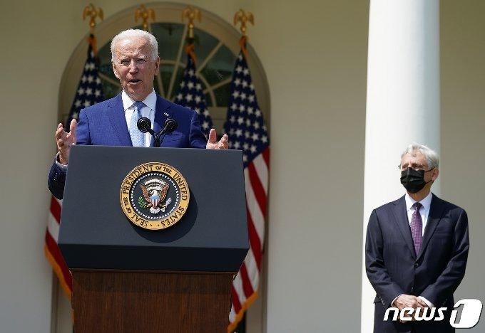 조 바이든 미국 대통령이 2021년 4월8일(현지시간) 백악관 로즈가든에서 총기 폭력 예방을 위한 집행 조치를 발표하고 있다. 오른쪽은 메릭 갈란드 법무장관. © 로이터=뉴스1 © News1 조소영 기자