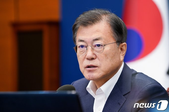 문재인 대통령이 5일 청와대 여민관에서 열린 수석·보좌관 회의를 주재하고 있다. 2021.4.5/뉴스1 © News1 유승관 기자