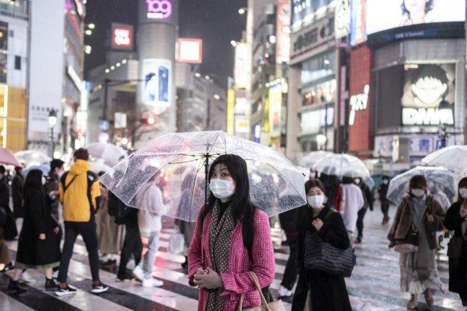 일본 도쿄에서 마스크를 쓴 시민들이 시부야 구역 건널목을 건너고 있다./사진=AFP