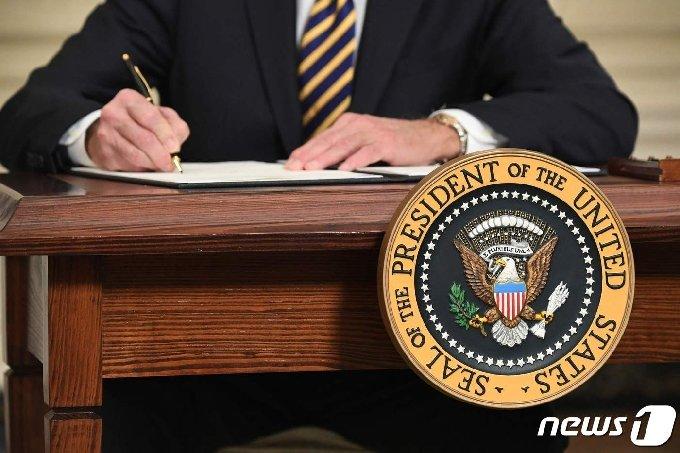 조 바이든 미국 대통령이 백악관에서 반도체· 희토류 등 핵심 품목의 공급망을 확보하는 내용의 행정명령에 서명을 하고 있다. © AFP=뉴스1 © News1 우동명 기자