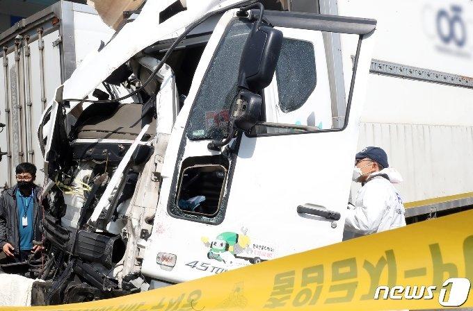 국립과학수사연구원과 경찰 관계자들이 7일 오전 제주시 화북동의 한 자동차 정비소에서 전날 저녁 제주대학교 사거리에서 1톤 트럭과 시내버스 2대를 잇따라 충돌한 화물트럭에 대한 감식 작업을 벌이고 있다. 이 사고로 현재까지 3명이 숨지고, 59명이 크고 작은 부상을 입어 병원 치료를 받고 있다.2021.4.7/뉴스1 © News1 오현지 기자