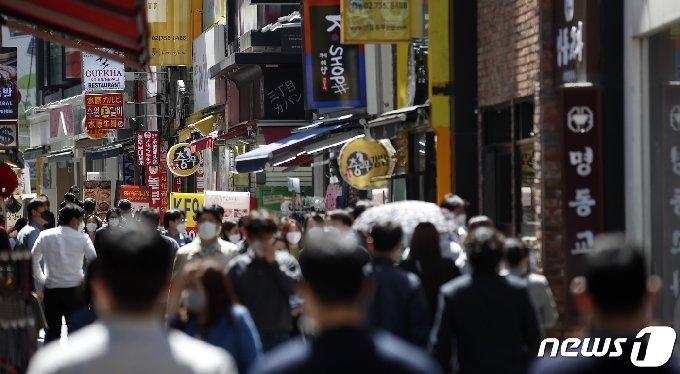 9일 서울 중구 명동 식당거리에서 직장인들이 점심식사를 위해 발걸음을 옮기고 있다.© News1 이승배 기자