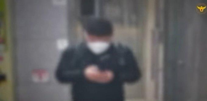 서울의 한 지하철역 화장실. 보이스피싱 일당 중 한 명이 화장실을 나오고 있다/사진제공=경찰청 영상 캡쳐