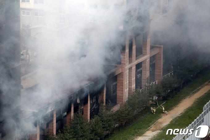 [사진] 다산동 주상복합 화재 '자욱한 연기'