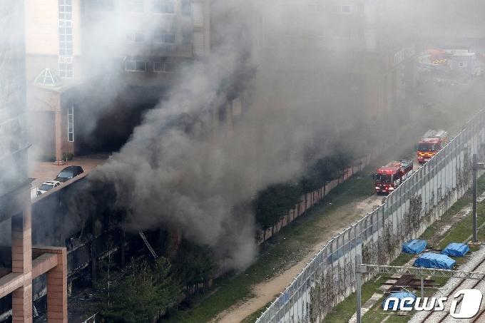 [사진] '화재 연기는 계속'