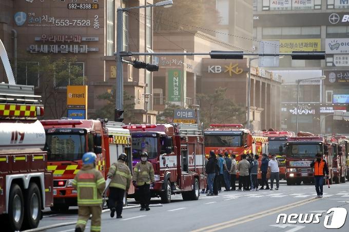 [사진] 주상복합 화재 '출동한 소방차들'