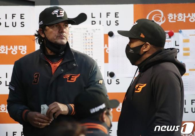 [사진] 수베로 감독 워싱턴 코치와 대화
