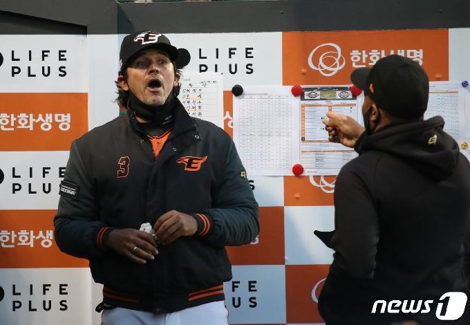 [사진] 워싱턴 코치와 대화하는 수베로 감독