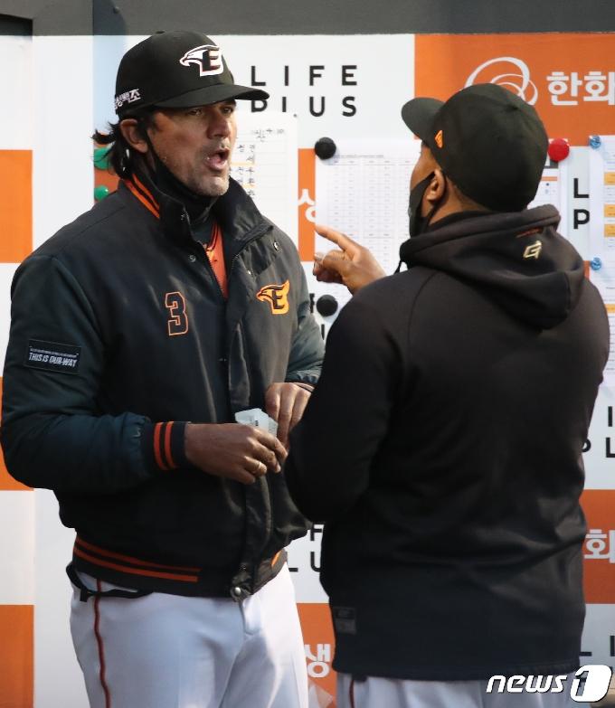 [사진] 대화하는 수베로 감독